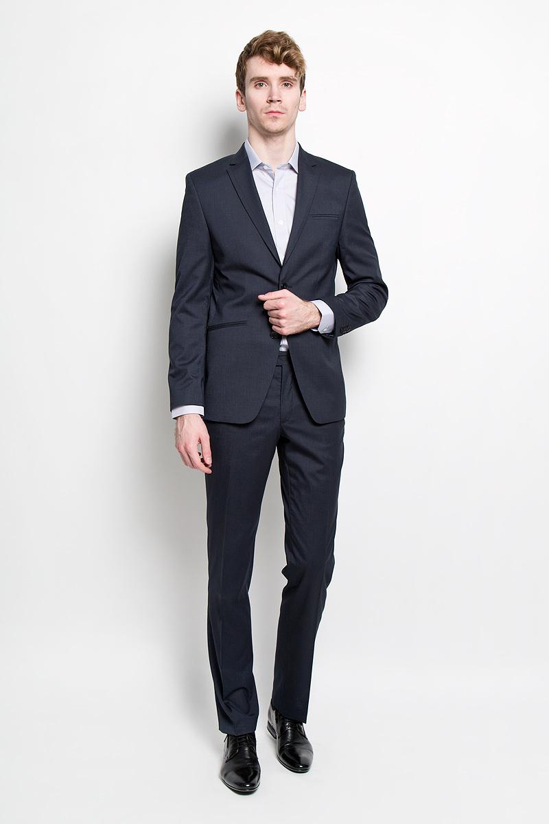 1518-VA-431SСтильный мужской костюм Valenti силуэта Slim идеально подойдет обладателям стройной фигуры. Костюм, состоящий из пиджака и брюк, изготовлен из высококачественного материала. Подкладка изделий выполнена из полиэстера. Приталенный пиджак с длинными рукавами и воротником с лацканами дополнен прорезным карманом на груди и двумя прорезными карманами в нижней части изделия. С внутренней стороны находятся два прорезных кармана, один из которых застегивается на пуговицу. Низ рукавов украшен декоративными пуговицами. Спинка дополнена одной шлицей. Застегивается пиджак на две пуговицы. Брюки заниженной посадки со стрелками застегиваются на пуговицу и крючок в поясе, ширинку на застежке-молнии, и дополнительно еще одну на пуговицу. Брюки имеют шлевки для ремня. Спереди модель дополнена двумя втачными карманами со скошенными краями, а сзади - прорезным карманом на пуговице. Этот модный и в то же время комфортный костюм - отличный вариант для офиса и торжеств. Благодаря...