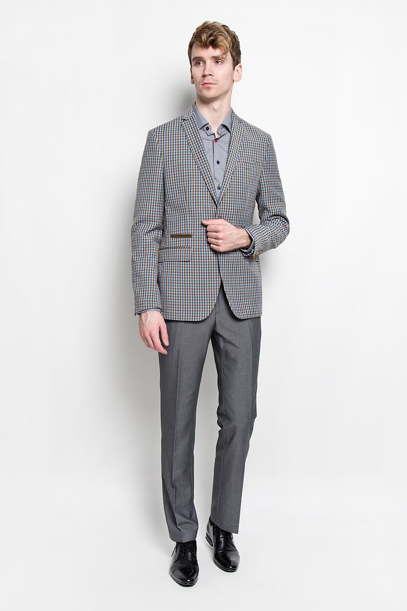 Пиджак2988-VW-440SСтильный мужской пиджак Valenti силуэта Slim идеально подойдет обладателям стройной фигуры. Пиджак выполнен из высококачественного материала с принтом в клетку. Подкладка изделия выполнена из полиэстера. Приталенный пиджак с длинными рукавами и воротником с лацканами дополнен прорезным карманом на груди, в нижней части изделия - тремя прорезными карманами, два из которых с клапанами. С внутренней стороны находятся два прорезных кармана, которые застегиваются на пуговицы. Низ рукавов украшен декоративными пуговицами. Спинка дополнена одной шлицей. Застегивается пиджак на две пуговицы. Этот модный и в то же время комфортный пиджак станет великолепным дополнением к вашему гардеробу.
