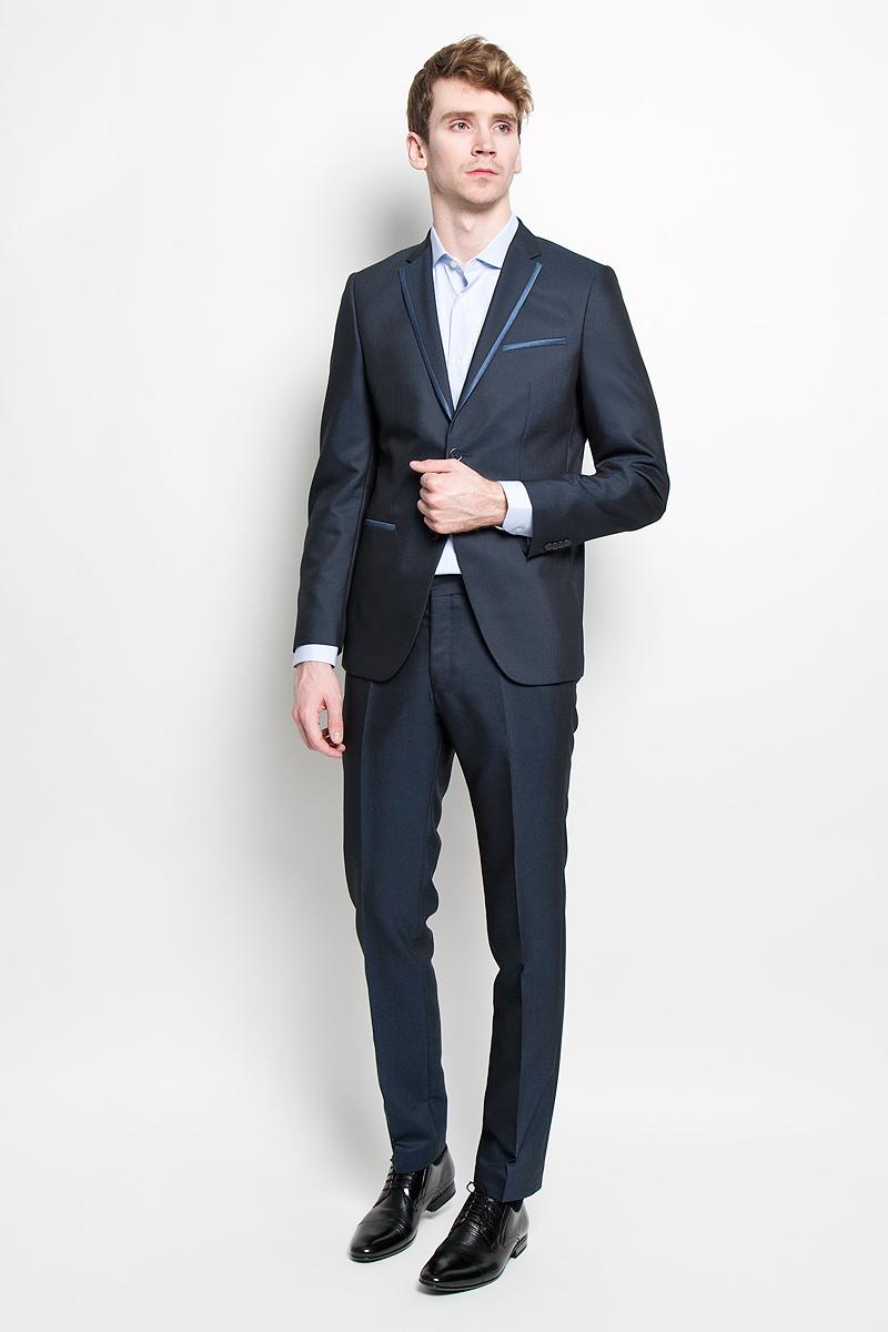 Костюм1202-VX-439SСтильный мужской костюм Valenti Гроувер силуэта Slim идеально подойдет обладателям стройной фигуры. Костюм, состоящий из пиджака и брюк, изготовлен из высококачественного материала. Подкладка изделий выполнена из полиэстера. Приталенный пиджак с длинными рукавами и воротником с лацканами дополнен прорезным карманом на груди и двумя прорезными карманами в нижней части изделия. С внутренней стороны находятся два прорезных кармана, один из которых застегивается на пуговицу. Низ рукавов украшен декоративными пуговицами. Спинка дополнена двумя шлицами. Застегивается пиджак на две пуговицы. Лацканы и карманы оформлены контрастной окантовкой. Брюки заниженной посадки со стрелками застегиваются на крючок в поясе и ширинку на застежке-молнии, и дополнительно на пуговицу. Брюки имеют шлевки для ремня. Спереди модель дополнена двумя втачными карманами со скошенными краями, а сзади - прорезным карманом на пуговице. Этот модный и в то же время комфортный костюм - отличный вариант...