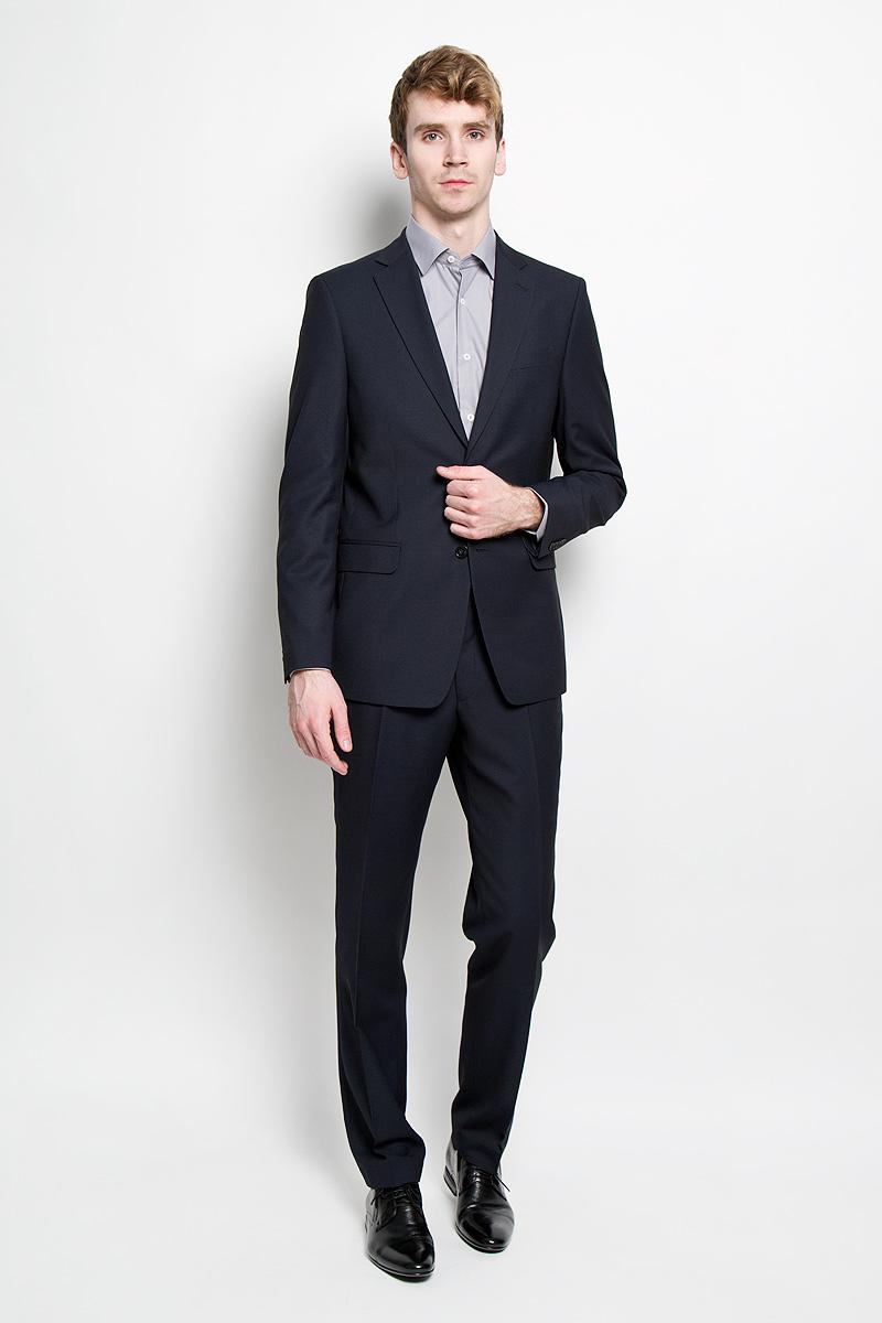 Костюм1278-VC-603MСтильный мужской костюм Valenti Аллард силуэта Classic придутся вам по душе. Костюм, состоящий из пиджака и брюк, изготовлен из высококачественного материала с мелким принтом в клетку. Подкладка изделий выполнена из полиэстера. Пиджак прямого кроя с длинными рукавами и воротником с лацканами дополнен прорезным карманом на груди и двумя прорезными карманами с клапанами в нижней части изделия. С внутренней стороны находятся три прорезных кармана, один из которых застегивается на пуговицу. Низ рукавов украшен декоративными пуговицами. Спинка дополнена двумя шлицами. Застегивается пиджак на две пуговицы. Брюки заниженной посадки со стрелками застегиваются на крючок в поясе, ширинку на застежке- молнии, и дополнительно на пуговицу. Брюки имеют шлевки для ремня. Спереди модель дополнена двумя втачными карманами со скошенными краями, а сзади - прорезным карманом на пуговице. Этот модный и в то же время комфортный костюм - отличный вариант для офиса и ...