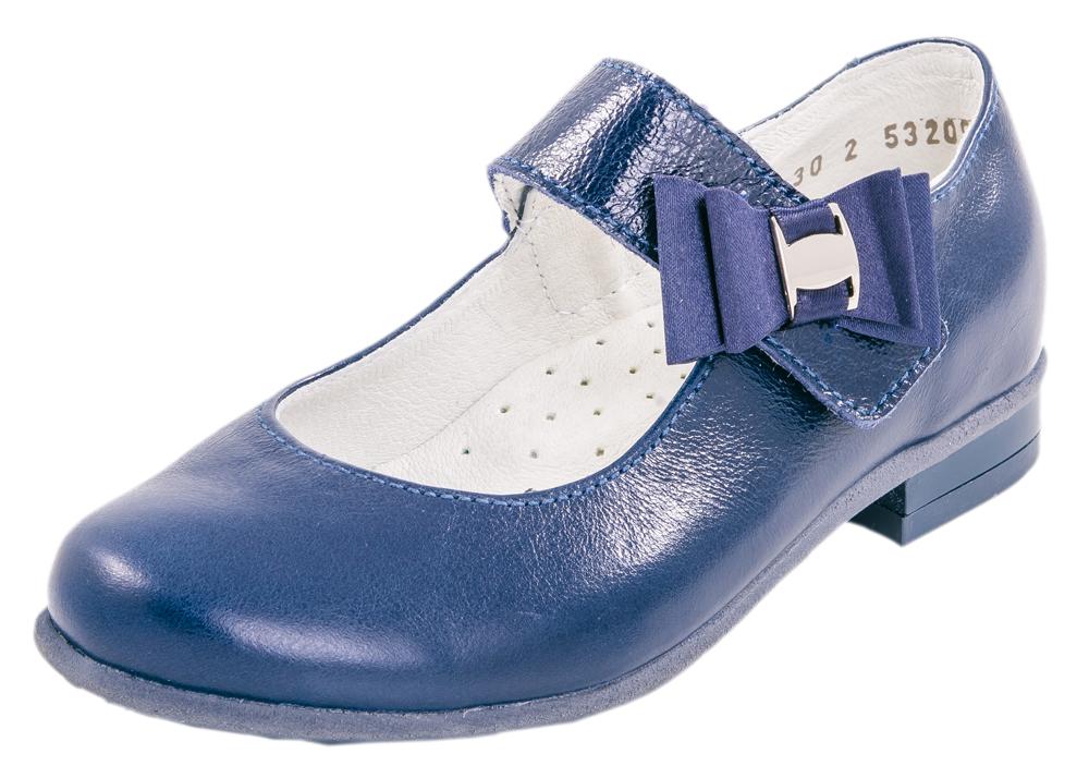 Туфли для девочек. 532096-22532096-22Классические туфли лаконичного дизайна. Модель выполнена из натуральной кожи с естественной лицевой поверхностью, специальной блестящей отделкой и обладает эффектом ломаной разбивки, что не является дефектом в обуви, а является особенностью данного кожтовара. Модель крепится на ноге при помощи ремня с застежкой велькро. Подошва модели клеевая, дополнена небольшим каблучком. Стелька из натуральной кожи, дублированная мягким вспененным материалом, обладает свойствами гигроскопичности и воздухопроницаемости, что обеспечит полный комфорт ножке в течение всего дня. Украшение на ремне в виде атласного банта придает модели нарядности.