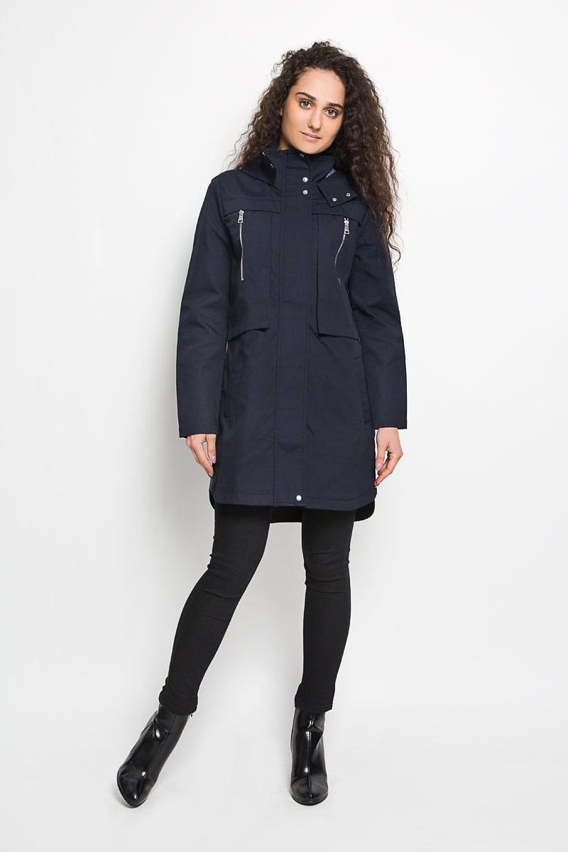 Пальто3820857.00.71_6724Стильное женское пальто Tom Tailor Denim выполнено из натурального хлопка и рассчитана на прохладную погоду. Она поможет вам почувствовать себя максимально комфортно и стильно. Модель с длинными рукавами, воротником-стойкой и не съемным капюшоном застегивается на застежку-молнию и дополнительно ветрозащитным клапаном на кнопки. Низ рукава дополнен небольшим хлястиком на кнопке, за счет которого можно регулировать длину рукава. Куртка спереди дополнена двумя оригинальными накладными карманами на вертикальной застежке-молнии и двумя прорезными карманами, а сзади отлетной кокеткой закрепленной кнопкой. Спинка немного удлинена. В этом пальто вам будет комфортно. Модная фактура ткани, отличное качество, великолепный дизайн.