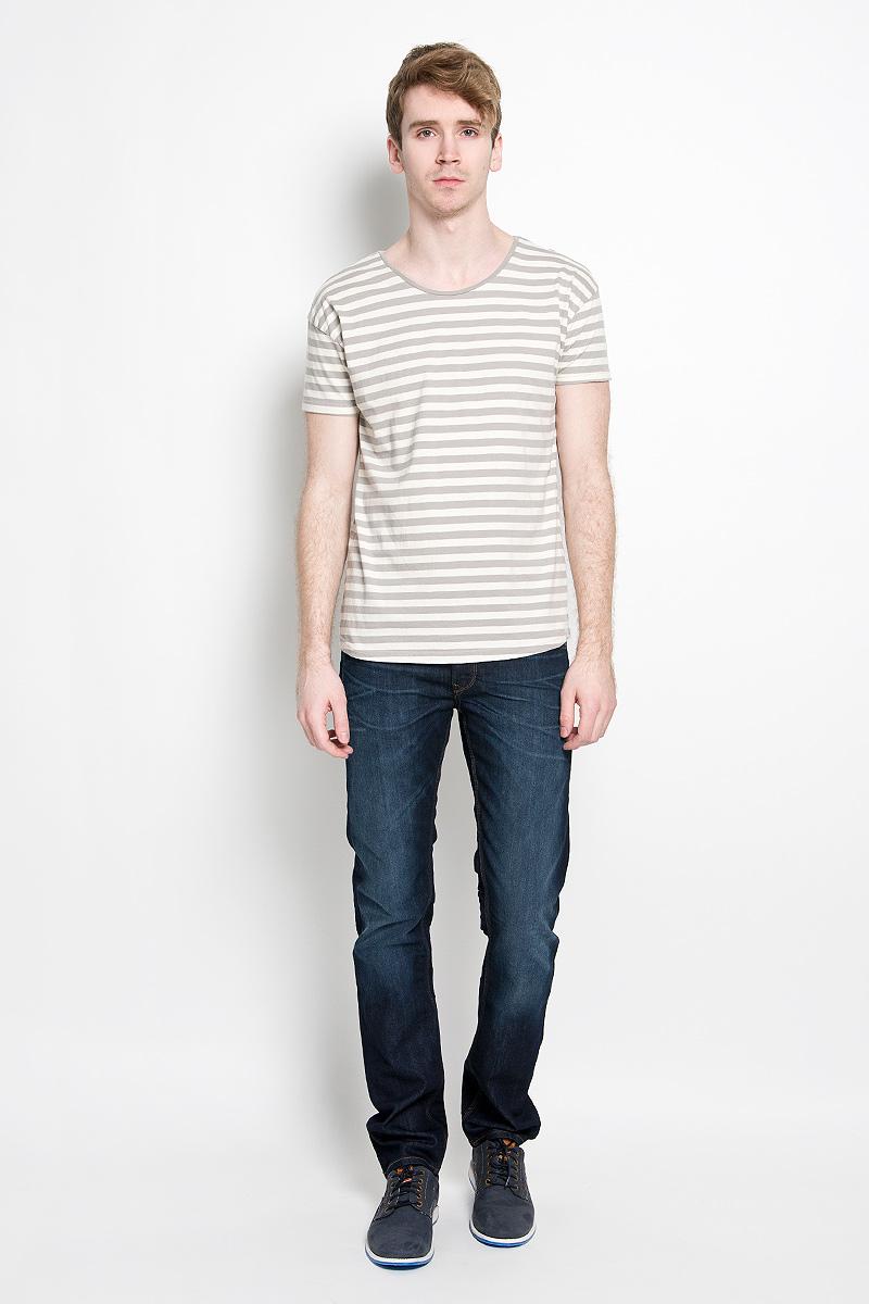 Футболка20100179 020Мужская футболка Broadway Fulton, выполненная из натурального хлопка, идеально подойдет для повседневной носки. Материал изделия легкий, мягкий и приятный на ощупь, не сковывает движения и позволяет коже дышать. Футболка с короткими рукавами имеет круглый вырез горловины, дополненный трикотажной резинкой. Оформлена футболка принтом в полоску по всей поверхности. Дизайн и расцветка делают эту футболку стильным предметом мужской одежды, она поможет создать отличный современный образ.