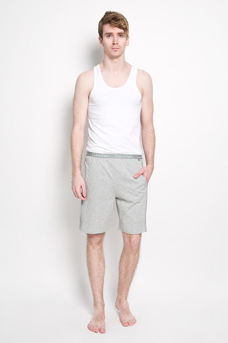 Трусы-шорты мужские. U8505AU8505A_001Мужские трусы-шорты от Calvin Klein выполнены из натурального хлопка. Модель свободного кроя с широкой эластичной резинкой на талии обеспечит наибольший комфорт. Резинка оформлена надписью с названием бренда. Спереди модель дополнена двумя втачными карманами.
