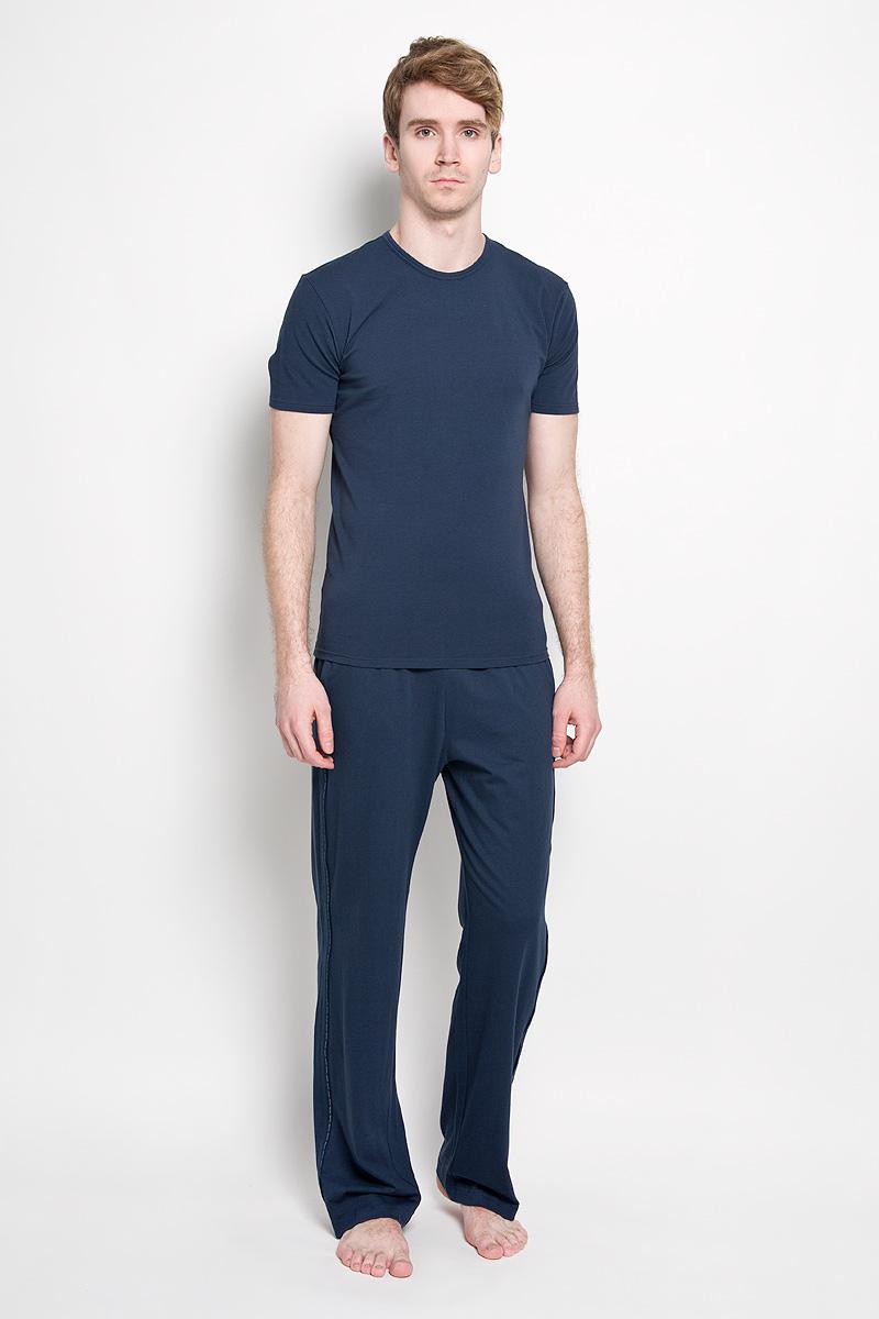 Брюки пижамные мужские. U8507AU8507A_001Мужские пижамные брюки Calvin Klein, выполненные из натурального хлопка, легкие, приятные к телу, отлично пропускают воздух. Модель прямого кроя имеет на талии широкую резинку, оформленную надписями с названием бренда. Спереди изделие дополнено двумя втачными карманами. Боковые швы декорированы тонкими лампасами с названием бренда. Такие брюки станут идеальным дополнением к вашему гардеробу, в них вы будете чувствовать себя комфортно и уютно!