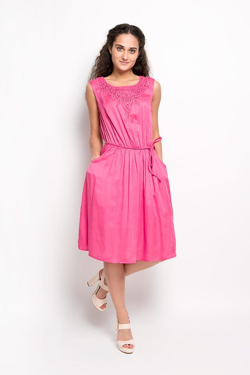 S16-12038Модное платье Finn Flare, выполненное из вискозы, подчеркнет ваш уникальный стиль и поможет создать оригинальный женственный образ. Платье-миди с круглым вырезом горловины сверху оформлено кружевом. Застегивается модель на пуговицу, расположенную на спинке. На талии предусмотрена резинка. Спереди расположены два втачных карманы. Платье дополнено пояском в виде косички. Стильное платье станет стильным дополнением к вашему гардеробу, оно подарит вам комфорт в течение всего дня!