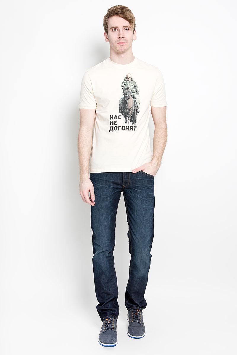 ФутболкаAV-002Стильная мужская футболка Anyavanya, выполненная из высококачественного натурального хлопка, обладает высокой воздухопроницаемостью и гигроскопичностью, позволяет коже дышать. Такая футболка великолепно подойдет как для повседневной носки, так и для спортивных занятий. Модель с короткими рукавами и круглым вырезом горловины станет идеальным вариантом для создания модного современного образа. Вырез горловины дополнен трикотажной эластичной резинкой. Спереди изделие оформлено принтом в виде президента России верхом на лошади и надписью Нас не догонят. Такая модель подарит вам комфорт в течение всего дня и послужит замечательным дополнением к вашему гардеробу.