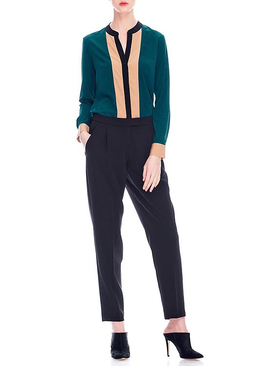 515306Стильная блузка Savage выполнена из высококачественного материала, приятного на ощупь. Модель свободного кроя с V-образным вырезом горловины и длинными рукавами. Изделие застегивается на пуговицы по всей длине. Манжеты также застегиваются на пуговицы. Блузка оформлена вертикальными вставками контрастного цвета. Модная блузка займет достойное место в вашем гардеробе.