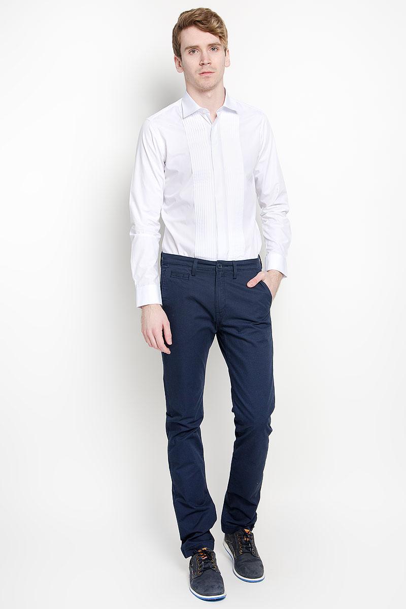 Рубашка мужская. SW 61SW 61-01Мужская рубашка KarFlorens изготовлена из высококачественного хлопка с добавлением микрофибры. Необычайно мягкая и приятная на ощупь модель не сковывает движения и позволяет коже дышать, обеспечивая комфорт. Рубашка приталенного кроя с длинными рукавами и отложным воротником застегивается на скрытые планкой пуговицы, оформленные тиснением с названием бренда. По обеим сторонам планки имеются простроченные складки. Спинка дополнена двумя защипами. Манжеты со срезанными уголками и регулировкой ширины также застегиваются на пуговицы. Такая рубашка станет идеальным вариантом для повседневного гардероба. Она порадует настоящих ценителей комфорта и практичности!