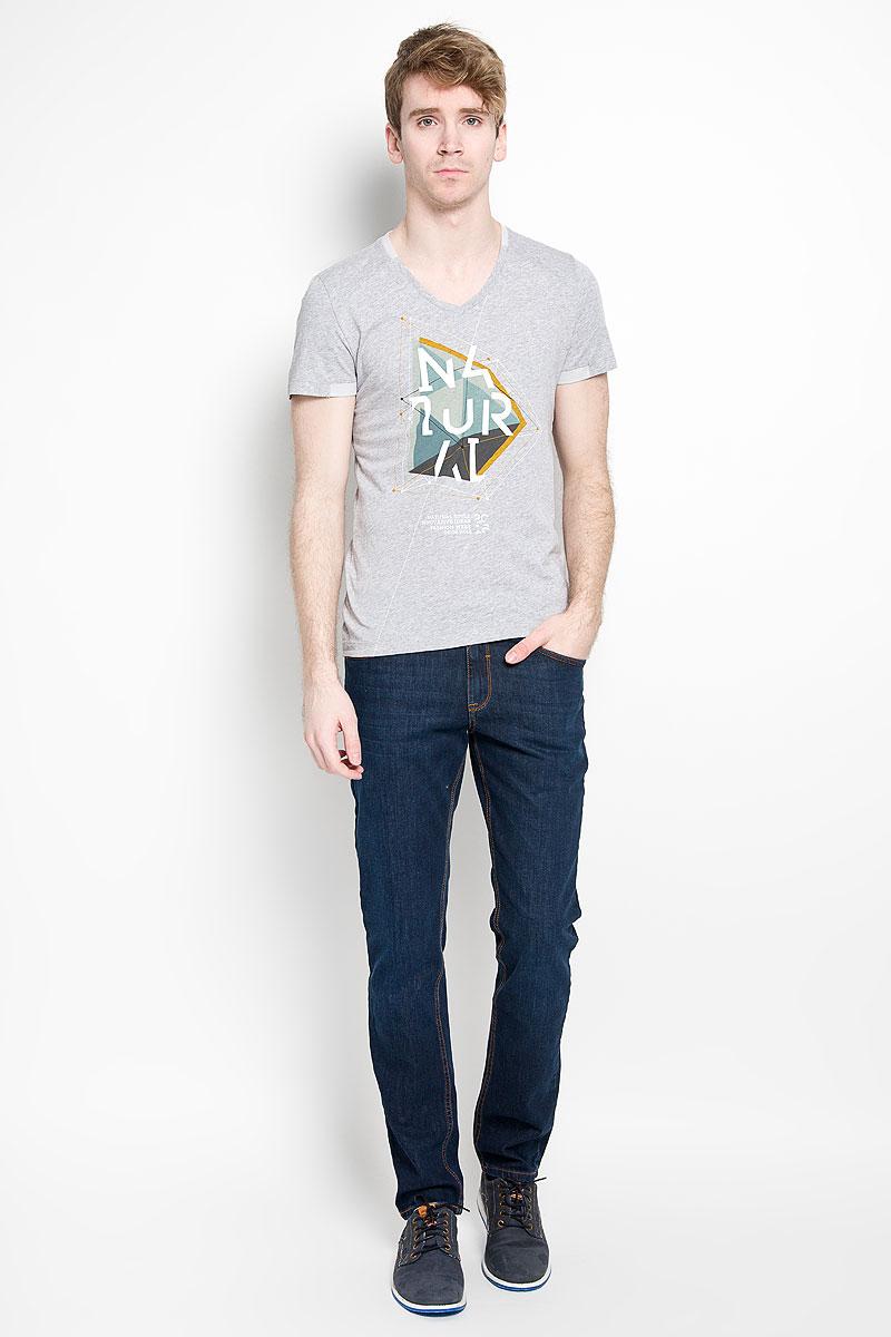 1034635.00.15_2220Стильная мужская футболка Tom Tailor, изготовленная из натурального хлопка, прекрасно подойдет для повседневной носки. Материал очень мягкий и приятный на ощупь, не сковывает движения и позволяет коже дышать. Модель с короткими рукавами и V-образным вырезом горловины оформлена спереди оригинальным принтом. Низ рукавов, горловина и низ изделия дополнены контрастными вставками. Такая модель будет дарить вам комфорт в течение всего дня и станет отличным дополнением к вашему гардеробу.