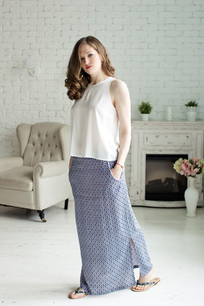 71172302Женский комплект одежды MARUSЯ состоит из топа и юбки. Комплект изготовлен из приятного на ощупь высококачественного материала 100% вискозы. Топ и юбка не сковывают движения и позволяют коже дышать. Топ свободного кроя с круглым вырезом горловины застегивается на спинке на металлическую пуговицу. Удобная юбка-макси на широкой эластичной резинке оформлена цветочным принтом. Спереди юбка дополнена прорезными карманами и по бокам большими разрезами.