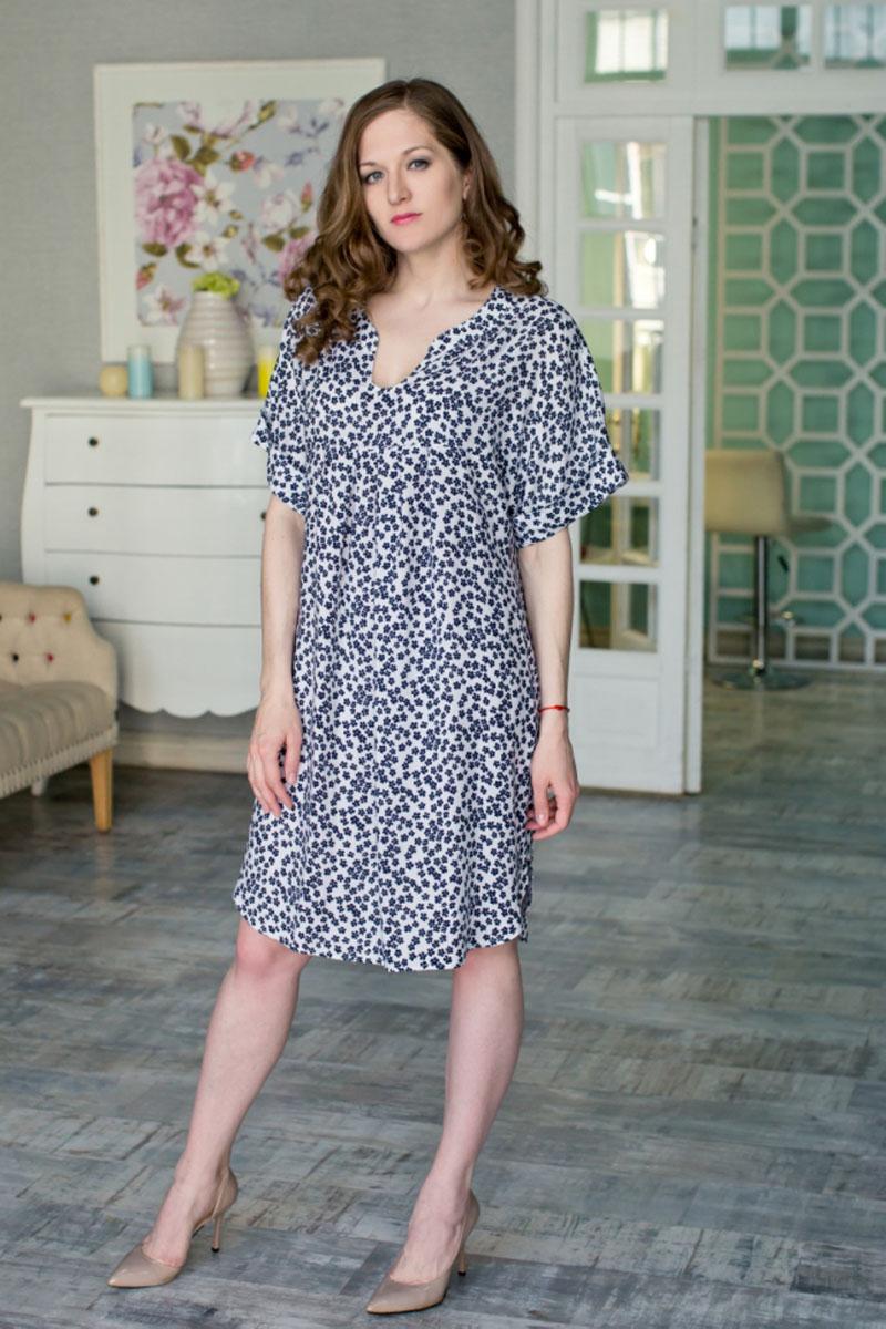 71172123Стильное женское платье MARUSЯ свободного силуэта выполнено из 100% вискозы. Модель с короткими цельнокроеными-рукавами и V-образным вырезом горловины оформлена цветочным принтом. Платье удлиненное и с закругленным низом.