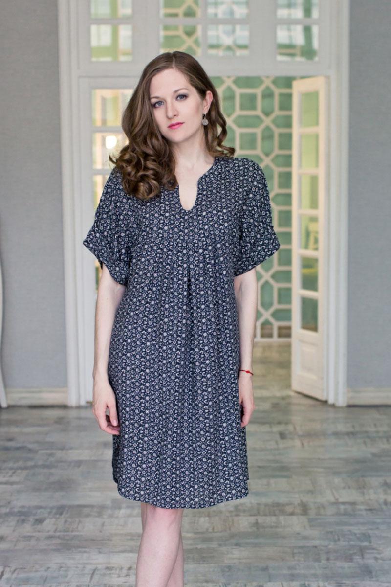 71171121Стильное женское платье MARUSЯ свободного силуэта выполнено из 100% вискозы. Модель с короткими цельнокроеными-рукавами и V-образным вырезом горловины оформлена цветочным принтом. Платье удлиненное и с закругленным низом.