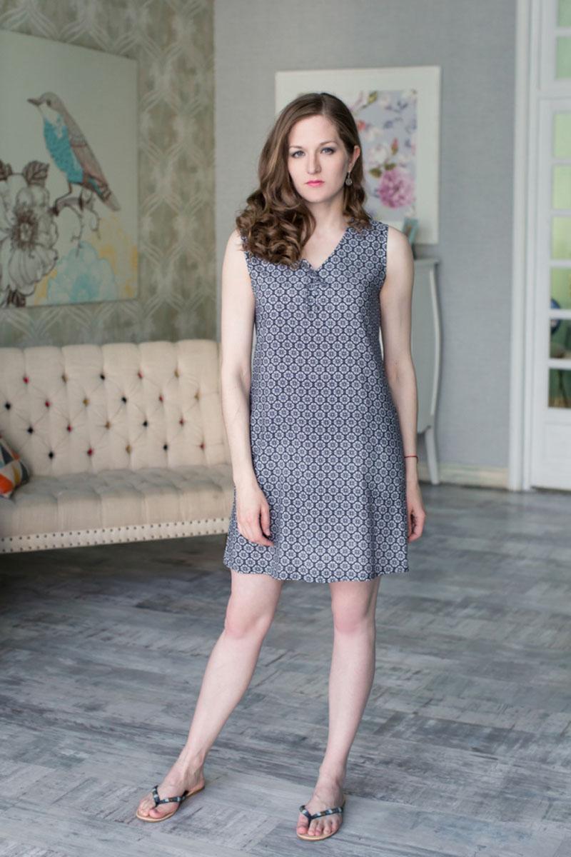 71171109Стильное легкое платье выполнено из 100% вискозы. Модель с V-образным вырезом горловины и без рукавов оформлено оригинальным узором. Платье дополнено двумя врезными карманами.
