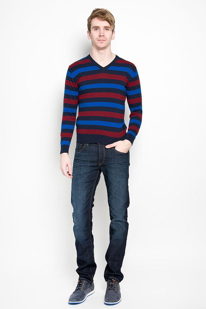 Пуловер мужской. 8800488004-01Вязаный мужской пуловер Karff, выполненный из натурального хлопка, станет стильным дополнением к вашему гардеробу. Изделие очень мягкое и приятное на ощупь, не сковывает движения, позволяет коже дышать. Модель с длинными рукавами и V-образным вырезом горловины оформлена цветной вязкой в полоску. Низ рукавов и низ изделия дополнены эластичными резинками. Современный дизайн и расцветка делают этот пуловер модным предметом мужской одежды. В нем вы всегда будете чувствовать себя комфортно.