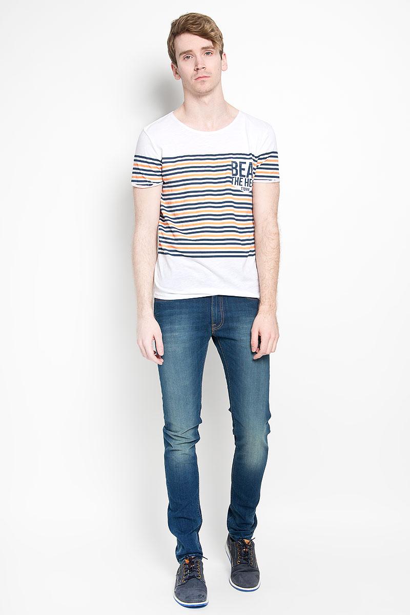 Футболка1034724.00.12_6748Стильная мужская футболка Tom Tailor Denim выполнена из натурального хлопка. Материал очень мягкий и приятный на ощупь, обладает высокой воздухопроницаемостью и гигроскопичностью, позволяет коже дышать. Модель с круглым вырезом горловины и короткими рукавами дополнена на груди накладным кармашком. Низ рукавов декорирован небольшими пристроченными отворотами с эффектом необработанного края. Футболка оформлена принтом в полоску и украшена фирменной текстильной нашивкой. Такая модель подарит вам комфорт в течение всего дня и послужит замечательным дополнением к вашему гардеробу.