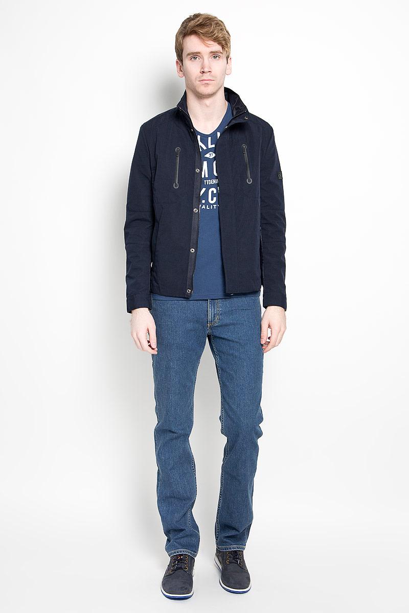 ВетровкаJJT-161-21001-U1Стильная мужская куртка Calvin Klein Jeans, рассчитанная на прохладную погоду, поможет вам почувствовать себя максимально комфортно. Модель изготовлена из высококачественного полиэстера. Подкладка изделия выполнена из полиэстера с добавлением хлопка. Модель с воротником-стойкой застегивается по всей длине на молнию и дополнительно клапаном на кнопках. Манжеты рукавов застегиваются на кнопки. Модель дополнена двумя прорезными карманами на молниях на груди, а также двумя карманами по бокам. На левом рукаве изделие декорировано прорезиненной нашивкой с логотипом бренда. Рукава и спинка декорированы вставками, выполненными из материала подкладки модели. Модная фактура ткани, отличное качество и великолепный дизайн делают эту куртку достойным атрибутом вашего гардероба.