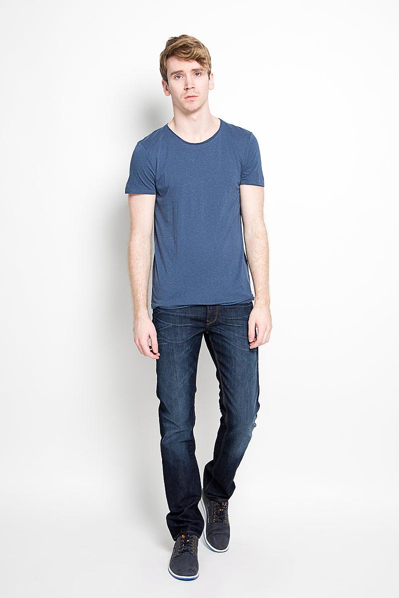 1034723.00.12_6748Стильная мужская футболка Tom Tailor Denim, изготовленная из натурального хлопка и модала, прекрасно подойдет для повседневной носки. Материал очень мягкий и приятный на ощупь, не сковывает движения и позволяет коже дышать. Модель с короткими рукавами и круглым вырезом горловины оформлена эффектом необработанного края. Спереди модель дополнена небольшой брендовой нашивкой. Такая модель будет дарить вам комфорт в течение всего дня и станет стильным дополнением к вашему гардеробу.