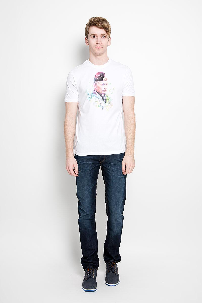 ФутболкаAV-008Стильная мужская футболка Anyavanya, выполненная из натурального хлопка, обладает высокой воздухопроницаемостью и гигроскопичностью, позволяет коже дышать. Такая футболка великолепно подойдет как для повседневной носки, так и для спортивных занятий. Модель с короткими рукавами и круглым вырезом горловины станет идеальным вариантом для создания модного современного образа. Вырез горловины дополнен трикотажной эластичной резинкой. Спереди изделие оформлено изображением президента России. Такая модель подарит вам комфорт в течение всего дня и послужит замечательным дополнением к вашему гардеробу.