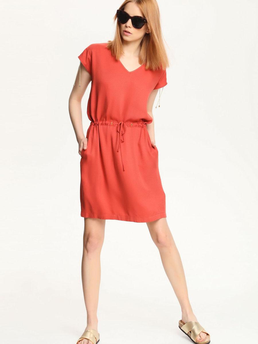 ПлатьеSSU1553RO[E]Платье Top Secret выполнено из 100% вискозы. Платье-миди с V-образным вырезом горловины и короткими рукавами-кимоно по талии дополнено шнурком-кулиской. Плечевые швы также оформлены небольшими разрезами и шнурками-кулисками.