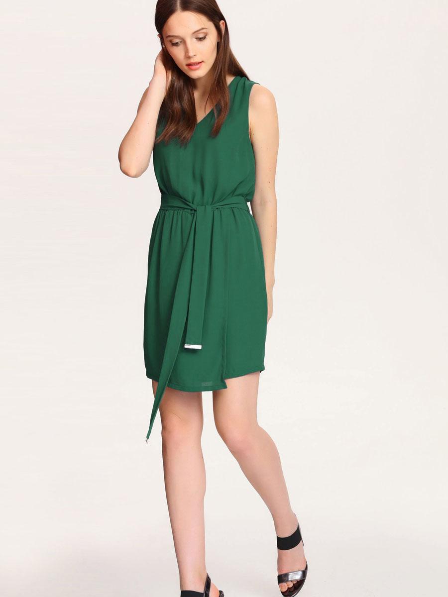 ПлатьеSSU1529ZI[E]Платье Top Secret выполнено из 100% полиэстера и дополнено подкладкой из полиэстера. Платье-миди с V-образным вырезом горловины застегивается на потайную застежку-молнию расположенную в среднем шве спинке. По талии изделия присобрано на резинку и дополнено текстильным поясом. Юбка модель оформлена запахом.