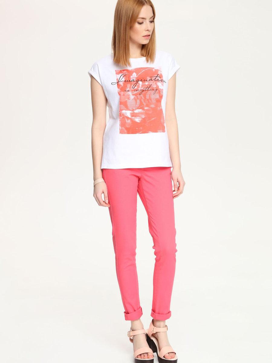ФутболкаSPO2738BI[E]Оригинальная женская футболка Top Secret выполнена из натурального хлопка. Модель свободного кроя с круглым вырезом горловины и коротким рукавом оформлена ярким принтом и надписями.