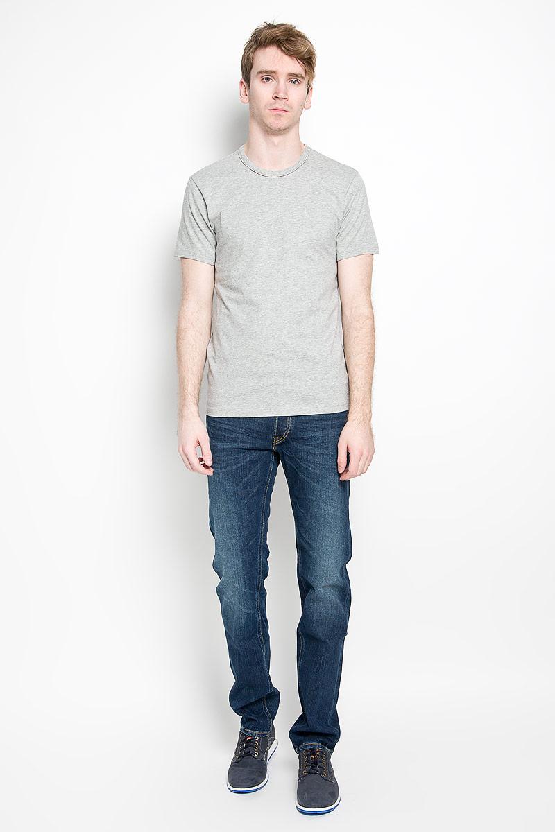 Футболка для домаU8506A_001Стильная мужская футболка Calvin Klein, выполненная из высококачественного 100% хлопка, обладает высокой воздухопроницаемостью и гигроскопичностью, позволяет коже дышать. Такая футболка великолепно подойдет как для повседневной носки, так и для спортивных занятий. Модель с короткими рукавами и круглым вырезом горловины станет идеальным вариантом для создания модного современного образа. Вырез горловины дополнен трикотажной эластичной резинкой. Спереди изделие оформлено небольшой нашивкой с названием бренда. Такая модель подарит вам комфорт в течение всего дня и послужит замечательным дополнением к вашему гардеробу.