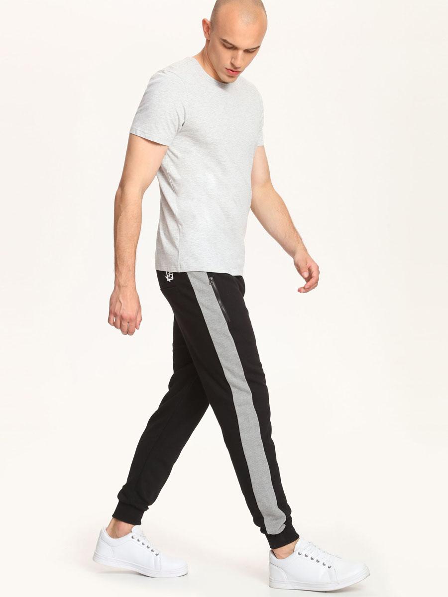 Брюки спортивныеDSP0167CA[E]Удобные мужские спортивные брюки Drywash изготовлены из хлопка с добавлением полиэстера, благодаря чему великолепно пропускает воздух и отлично подойдут для занятий спортом. Лицевая сторона изделия гладкая, а изнаночная с небольшими петельками. Брюки оформлены полосками и имитацией ширинки. Модель имеет широкую эластичную резинку на поясе. Объем талии регулируется при помощи шнурка-кулиски. Брюки оснащены двумя прорезными карманами на застежках молниях спереди и двумя карманами обманками сзади. Низ брючин дополнен эластичными манжетами. Сзади изделие украшено логотипом бренда.