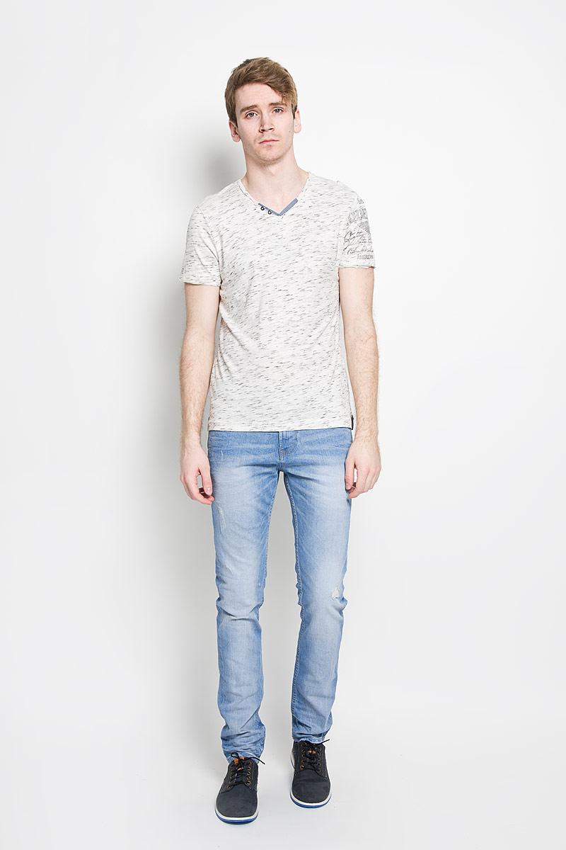Футболка1034609.00.10_6851Стильная мужская футболка Tom Tailor, выполненная из высококачественного хлопка с добавлением полиэстера, обладает высокой воздухопроницаемостью и гигроскопичностью, позволяет коже дышать. Такая футболка великолепно подойдет как для повседневной носки, так и для спортивных занятий. Модель с короткими рукавами и V-образным вырезом горловины станет идеальным вариантом для создания модного современного образа. Вырез горловины дополнен трикотажной эластичной резинкой и двумя декоративными металлическими пуговицами. Такая модель подарит вам комфорт в течение всего дня и послужит замечательным дополнением к вашему гардеробу.