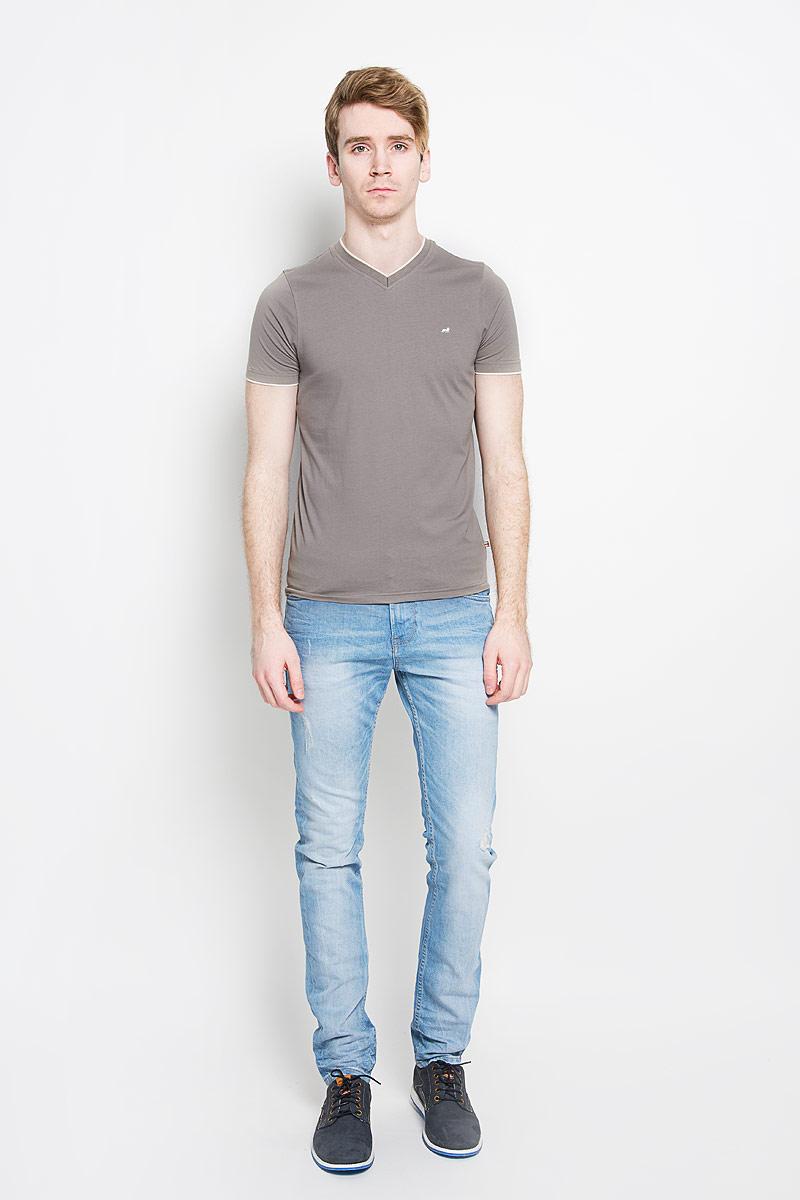 ФутболкаJJT-151-21026Стильная мужская футболка John Jeniford, изготовленная из натурального хлопка, прекрасно подойдет для повседневной носки. Материал очень мягкий и приятный на ощупь, не сковывает движения и позволяет коже дышать. Модель с короткими рукавами и V-образным вырезом горловины оформлена на груди вышивкой логотипа бренда. Горловина дополнена трикотажной резинкой. Рукава оформлены трикотажными вставками, которые создают эффект 2 в 1. Такая модель будет дарить вам комфорт в течение всего дня и станет стильным дополнением к вашему гардеробу.