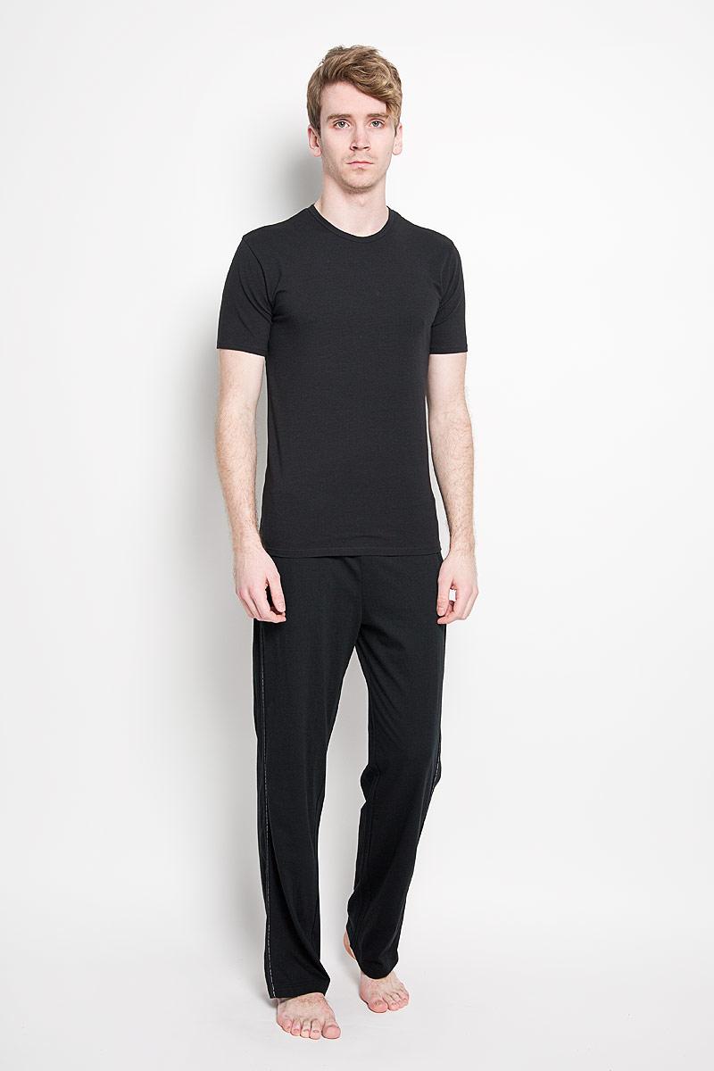 Футболка мужская. U8506AU8506A_001Стильная мужская футболка Calvin Klein, выполненная из высококачественного 100% хлопка, обладает высокой воздухопроницаемостью и гигроскопичностью, позволяет коже дышать. Такая футболка великолепно подойдет как для повседневной носки, так и для спортивных занятий. Модель с короткими рукавами и круглым вырезом горловины станет идеальным вариантом для создания модного современного образа. Вырез горловины дополнен трикотажной эластичной резинкой. Спереди изделие оформлено небольшой нашивкой с названием бренда. Такая модель подарит вам комфорт в течение всего дня и послужит замечательным дополнением к вашему гардеробу.