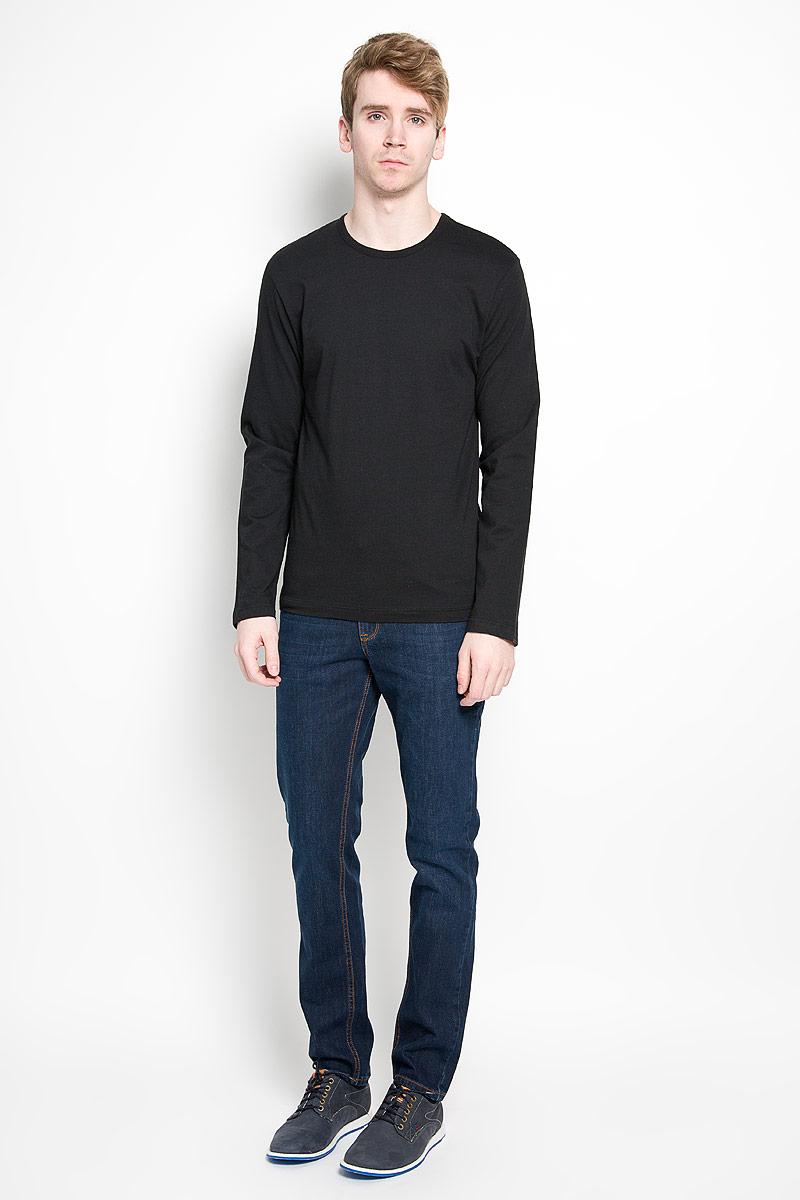 U8499A_001Стильный мужской лонгслив Calvin Klein, выполненный из 100% хлопка, обладает высокой воздухопроницаемостью и гигроскопичностью, позволяет коже дышать. Модель прямого кроя с длинными рукавами и круглым вырезом горловины спереди оформлена нашивкой с названием бренда. Модный лонгслив станет идеальным вариантом для создания эффектного образа.