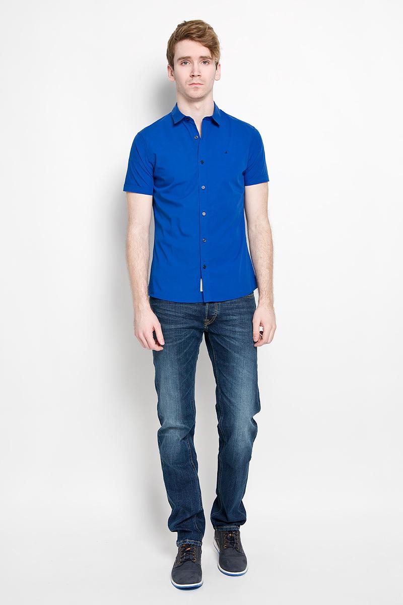 Рубашка2988-VW-440SСтильная мужская рубашка Calvin Klein, выполненная из эластичного хлопка, подчеркнет ваш уникальный стиль и поможет создать оригинальный образ. Такой материал великолепно пропускает воздух, обеспечивая необходимую вентиляцию, а также обладает высокой гигроскопичностью. Рубашка с короткими рукавами и отложным воротником застегивается на пуговицы спереди. Рукава модели дополнены декоративными отворотами. Классическая рубашка - превосходный вариант для базового мужского гардероба и отличное решение на каждый день. Такая рубашка будет дарить вам комфорт в течение всего дня и послужит замечательным дополнением к вашему гардеробу.