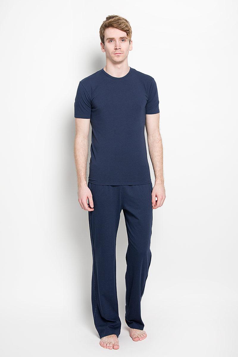 Футболка для домаU8509A_001Мужская футболка Calvin Klein, изготовленная из эластичного хлопка, прекрасно подойдет для повседневной носки. Материал очень мягкий и приятный на ощупь, не сковывает движения и позволяет коже дышать. Модель с короткими рукавами и круглым вырезом горловины оформлена нашивкой с логотипом бренда. В комплекте 2 однотонные футболки. Такая модель будет дарить вам комфорт в течение всего дня и станет отличным дополнением к вашему гардеробу.