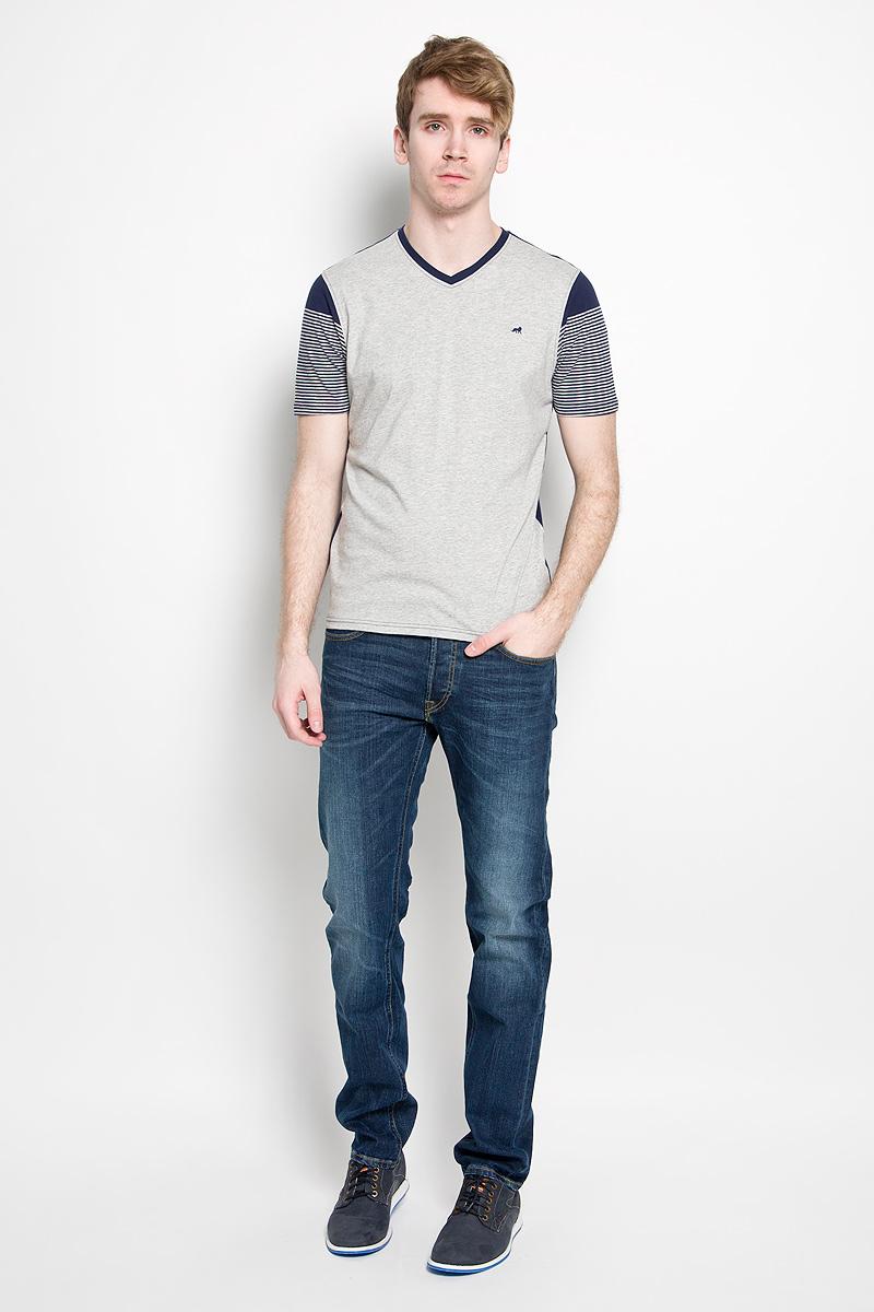 ФутболкаJJT-161-21001-U1Стильная мужская футболка John Jeniford, выполненная из высококачественного 100% хлопка, обладает высокой воздухопроницаемостью и гигроскопичностью, позволяет коже дышать. Такая футболка великолепно подойдет как для повседневной носки, так и для спортивных занятий. Модель с короткими рукавами и V-образным вырезом горловины - идеальный вариант для создания модного современного образа. Рукава футболки оформлены принтом в полоску, спинка и перед выполнены в контрастных цветах. Такая модель подарит вам комфорт в течение всего дня и послужит замечательным дополнением к вашему гардеробу.