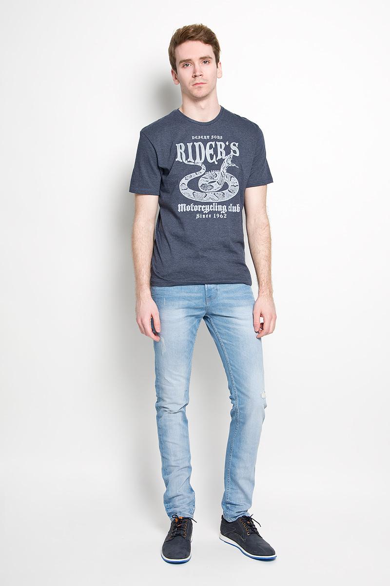 1034594.00.10_2649Стильная мужская футболка Tom Tailor, изготовленная из высококачественного хлопка с добавлением полиэстера, прекрасно подойдет для повседневной носки. Материал очень мягкий и приятный на ощупь, не сковывает движения и позволяет коже дышать. Модель с короткими рукавами и круглым вырезом горловины оформлена оригинальным принтом спереди и надписями на английском языке. Такая модель будет дарить вам комфорт в течение всего дня и станет стильным дополнением к вашему гардеробу.