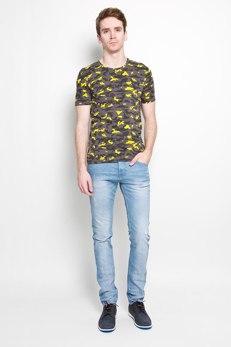 J3IJ303638_1180Стильная мужская футболка Calvin Klein, выполненная из высококачественного 100% хлопка, обладает высокой воздухопроницаемостью и гигроскопичностью, позволяет коже дышать. Такая футболка великолепно подойдет как для повседневной носки, так и для спортивных занятий. Модель с короткими рукавами и круглым вырезом горловины - идеальный вариант для создания модного современного образа. Футболка оформлена принтом под камуфляж. Такая модель подарит вам комфорт в течение всего дня и послужит замечательным дополнением к вашему гардеробу.