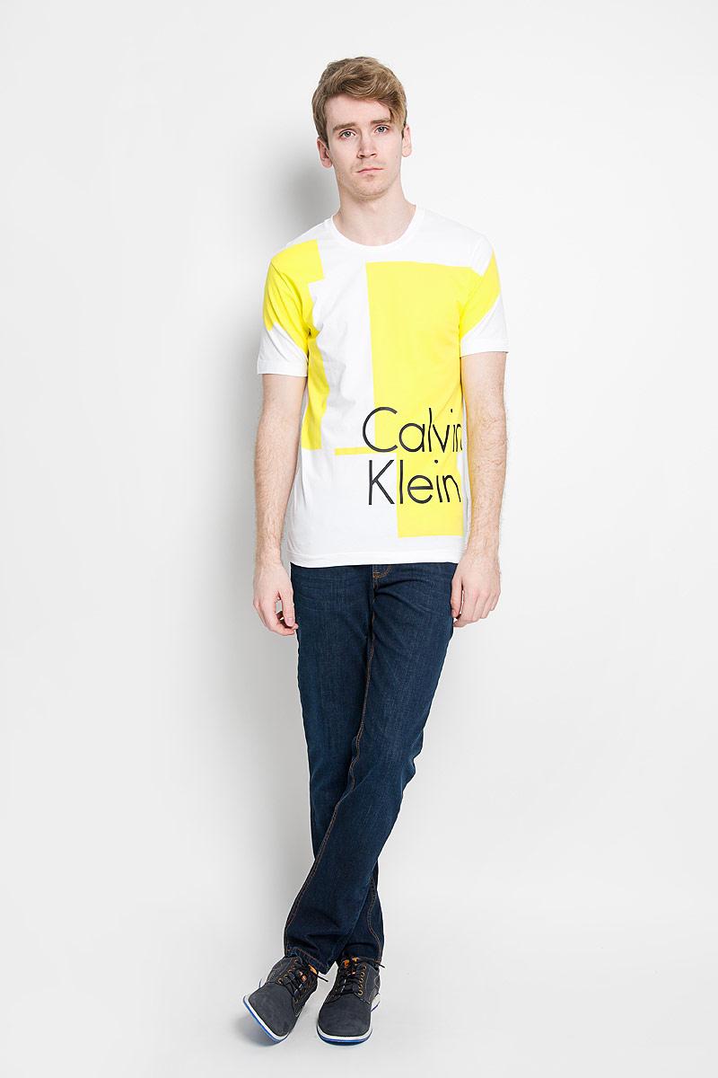 Футболка мужская. J3IJ303638J3IJ303638_1180Стильная мужская футболка Calvin Klein Jeans, выполненная из высококачественного эластичного хлопка, обладает высокой теплопроводностью, воздухопроницаемостью и гигроскопичностью, позволяет коже дышать. Модель с круглым вырезом горловины и короткими рукавами, оформлена оригинальным принтом с надписью Calvin Klein. Такая модель будет дарить вам комфорт в течение всего дня и послужит замечательным дополнением к вашему гардеробу.