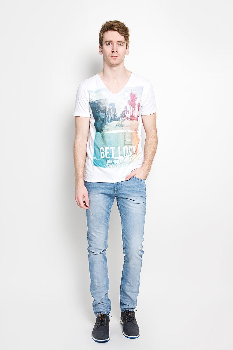 Футболка1034733.01.12_2000Стильная мужская футболка Tom Tailor Denim, изготовленная из натурального хлопка, прекрасно подойдет для повседневной носки. Материал очень мягкий и приятный на ощупь, не сковывает движения и позволяет коже дышать. Модель с короткими рукавами и V-образным вырезом горловины оформлена эффектом необработанного края, оригинальным принтом спереди и надписями на английском языке. Такая модель будет дарить вам комфорт в течение всего дня и станет стильным дополнением к вашему гардеробу.