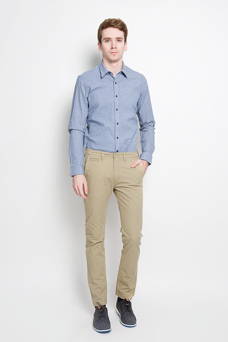 БрюкиL768GK65Стильные мужские брюки Lee Chino - высочайшего качества отлично подойдут на каждый день, прекрасно сидят. Модель немного зауженного к низу кроя и средней посадки изготовлена из высококачественного материала, не сковывает движения. Застегиваются брюки на пластиковую пуговицу в поясе и ширинку на металлической застежке-молнии, имеются шлевки для ремня. Спереди модель оформлена двумя врезными карманами с косыми срезами и одним секретным прорезным кармашком, сзади - двумя прорезными карманами с клапанами на пуговицах. Эти модные и в то же время комфортные брюки послужат отличным дополнением к вашему гардеробу. В них вы всегда будете чувствовать себя уютно и комфортно.
