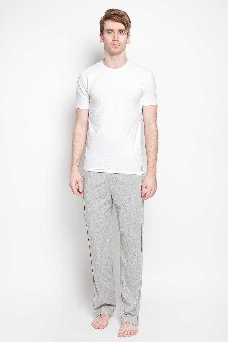 Футболка мужская, 2 шт. U8509AU8509A_001Мужская футболка Calvin Klein, изготовленная из эластичного хлопка, прекрасно подойдет для повседневной носки. Материал очень мягкий и приятный на ощупь, не сковывает движения и позволяет коже дышать. Модель с короткими рукавами и круглым вырезом горловины оформлена нашивкой с логотипом бренда. В комплекте 2 однотонные футболки. Такая модель будет дарить вам комфорт в течение всего дня и станет отличным дополнением к вашему гардеробу.