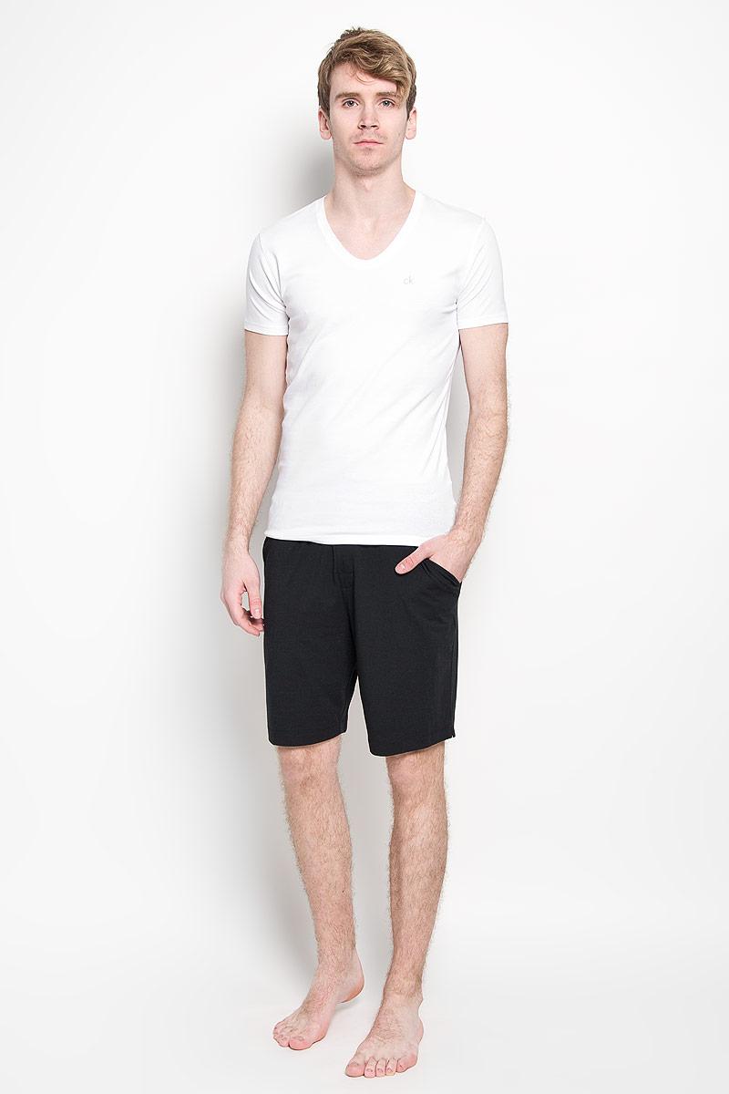Футболка мужская. U8322AU8322A_100Мужская футболка Calvin Klein, изготовленная из эластичного хлопка, прекрасно подойдет для повседневной носки. Материал очень мягкий и приятный на ощупь, не сковывает движения и позволяет коже дышать. Модель с короткими рукавами и V-образным вырезом горловины станет идеальным вариантом для повседневной носки. Такая модель будет дарить вам комфорт в течение всего дня и станет отличным дополнением к вашему гардеробу.