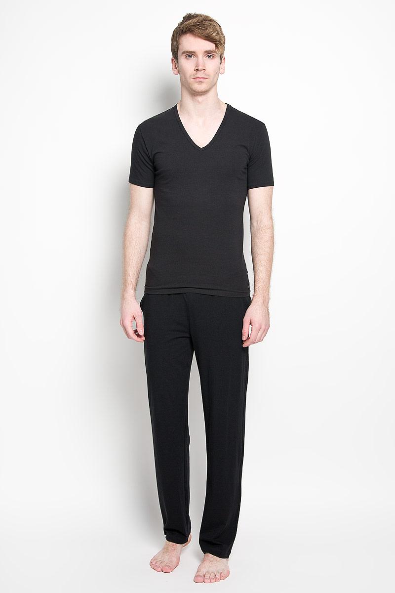 Футболка для домаU8511A_100Мужская футболка Calvin Klein, изготовленная из эластичного хлопка, прекрасно подойдет для повседневной носки. Материал очень мягкий и приятный на ощупь, не сковывает движения и позволяет коже дышать. Модель с короткими рукавами и V-образным вырезом горловины оформлена нашивкой с логотипом бренда. Такая модель будет дарить вам комфорт в течение всего дня и станет отличным дополнением к вашему гардеробу. В комплекте 2 однотонные футболки.