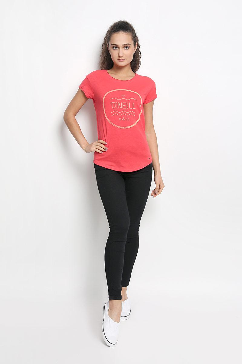 Футболка607340-3111Стильная женская футболка ONeill, выполненная из натурального хлопка, обладает высокой теплопроводностью, воздухопроницаемостью и гигроскопичностью, позволяет коже дышать и обеспечивает прохладу даже в жаркие летние дни. Модель с короткими рукавами и круглым вырезом горловины - идеальный вариант для создания образа в стиле Casual. Легкая футболка оформлена актуальным принтом с названием бренда. Рукава дополнены декоративными отворотами. Горловина изделия выполнена эффектом необработанного края. Низ футболки оформлен небольшой металлической брендовой нашивкой. Такая модель подарит вам комфорт в течение всего дня и послужит замечательным дополнением к вашему гардеробу.