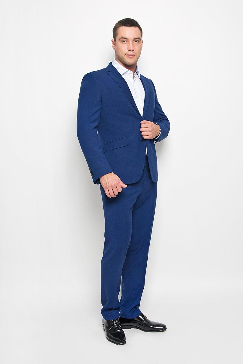 2236-VC-85SСтильный мужской костюм Valenti станет великолепным дополнением мужского гардероба. Костюм, состоящий из пиджака и брюк, изготовлен из высококачественного комбинированного материала, подкладка выполнена из полиэстера. Пиджак с длинными рукавами и воротником с лацканами дополнен прорезным карманом на груди и двумя прорезными карманами в нижней части изделия. С внутренней стороны находятся два прорезных кармана, один из которых застегивается на пуговицу. Низ рукавов украшен декоративными пуговицами. Застегивается пиджак на две пуговицы. Брюки средней посадки застегиваются на крючок в поясе и ширинку на застежке-молнии, и дополнительно на пуговицу. Брюки имеют шлевки для ремня. Спереди модель дополнена двумя втачными карманами со скошенными краями, а сзади - прорезным карманом на пуговице. Этот модный и в то же время комфортный костюм - отличный вариант для офиса и торжеств. Благодаря классическому фасону он станет великолепным дополнением к вашему гардеробу.