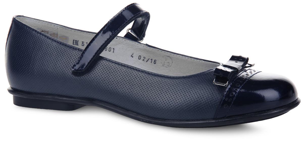 Туфли для девочки. 3/4-5189316013/4-518931601Чудесные туфли от Elegami придутся по душе вашей юной моднице! Модель выполнена из натуральной кожи разной фактуры и оформлена по верху перфорацией, на мыске - милым бантом со стильной фурнитурой. Подкладка и стелька, изготовленные из натуральной кожи, предотвратят натирание и гарантируют уют. Стелька дополнена супинатором, который обеспечивает правильное положение ноги ребенка при ходьбе, предотвращает плоскостопие. Ремешок на застежке-липучке надежно зафиксирует изделие на ножке ребенка. Подошва оснащена рифлением для лучшего сцепления с различными поверхностями. Удобные туфли - незаменимая вещь в гардеробе каждой девочки.