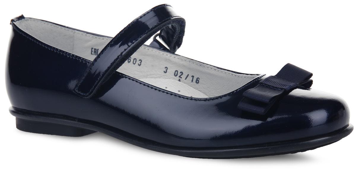 Туфли для девочки. 5-572016035-57201603Чудесные туфли от Elegami придутся по душе вашей юной моднице! Модель выполнена из натуральной лакированной кожи и оформлена на мыске стильным бантом. Подкладка и стелька, изготовленные из натуральной кожи, предотвратят натирание и гарантируют уют. Стелька дополнена супинатором, который обеспечивает правильное положение ноги ребенка при ходьбе, предотвращает плоскостопие. Ремешок на застежке-липучке надежно зафиксирует изделие на ножке ребенка. Подошва оснащена рифлением для лучшего сцепления с различными поверхностями. Удобные туфли - незаменимая вещь в гардеробе каждой девочки.