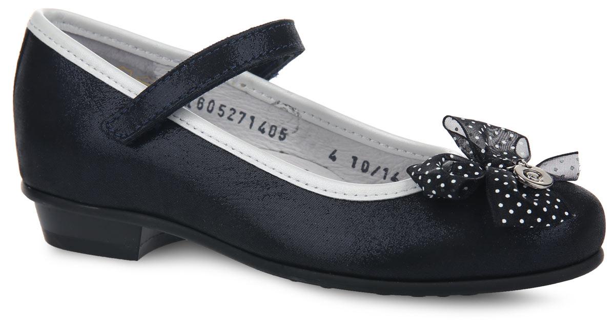 Туфли для девочки. 6-6052714056-605271405Прелестные туфли от Elegami придутся по душе вашей юной моднице! Модель на невысоком каблуке выполнена из натуральной кожи с блестящей поверхностью и оформлена по канту вставкой из кожи контрастного цвета, на мысе - роскошным текстильным бантом, декорированным принтом в горох и стильной металлической подвеской круглой формы с символикой бренда. Подкладка и стелька, изготовленные из натуральной кожи, предотвратят натирание и гарантируют уют. Стелька дополнена супинатором, который обеспечивает правильное положение ноги ребенка при ходьбе, предотвращает плоскостопие. Ремешок на застежке-липучке надежно зафиксирует изделие на ноге. Подошва оснащена рифлением для лучшего сцепления с различными поверхностями. Удобные туфли - незаменимая вещь в гардеробе каждой девочки.