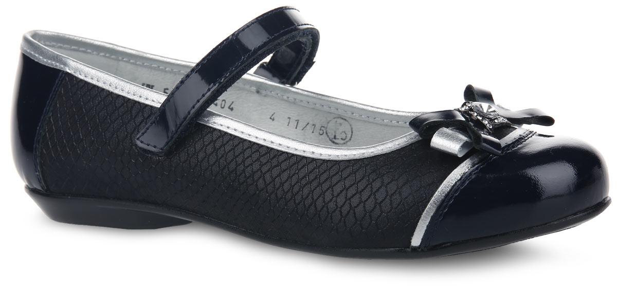 Туфли для девочки. 5-5062114045-506211404Чудесные туфли от Elegami придутся по душе вашей юной моднице! Модель на невысоком каблучке выполнена из натуральной кожи разной фактуры. Боковые стороны обуви и область подъема оформлены блестками и тиснением под рептилию, мыс - оригинальным бантом и декоративным металлическим элементом, инкрустированным искусственным камнем и стразами. Ремешок на застежке-липучке надежно зафиксирует изделие на ножке ребенка. Подкладка и стелька, изготовленные из натуральной кожи, предотвратят натирание и гарантируют уют. Стелька дополнена супинатором, который обеспечивает правильное положение ноги ребенка при ходьбе, предотвращает плоскостопие. Подошва оснащена рифлением для лучшего сцепления с различными поверхностями. Удобные туфли - незаменимая вещь в гардеробе каждой девочки.