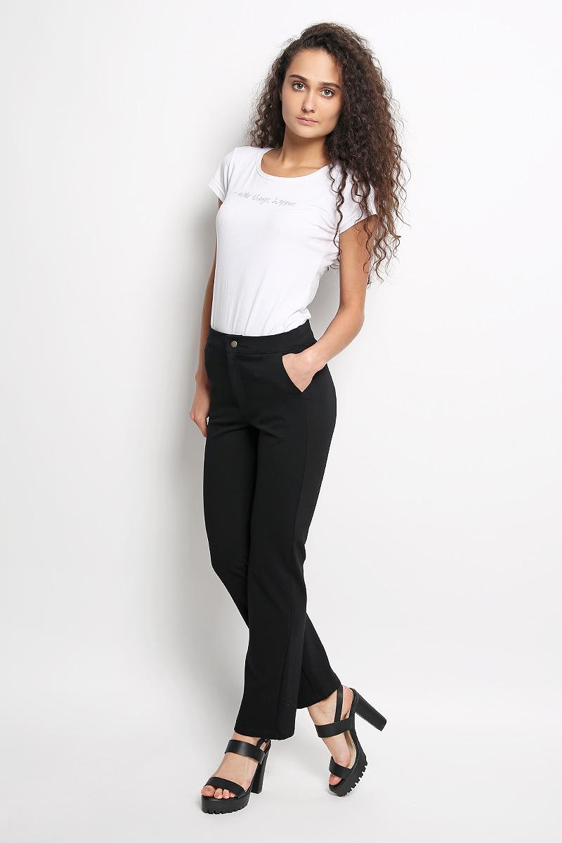 R041519Стильные женские брюки Rocawear - это изделие высочайшего качества, которое превосходно сидит и подчеркнет все достоинства вашей фигуры. Прямые укороченные брюки стандартной посадки выполнены из эластичного полиэстера с добавлением вискозы, что обеспечивает комфорт и удобство при носке. Брюки застегиваются на кнопку в поясе и ширинку на застежке-молнии. Брюки имеют два втачных кармана спереди, а сзади украшены имитацией карманов. Эти модные и в тоже время комфортные брюки послужат отличным дополнением к вашему гардеробу и помогут создать неповторимый современный образ.